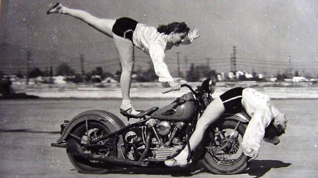Phụ nữ và xe của thế kỷ trước