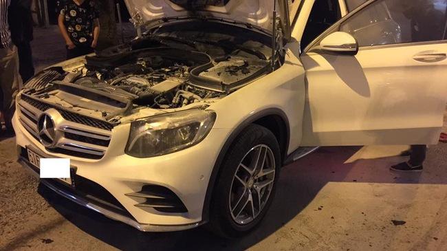 """Vừa mua Mercedes-Benz GLC 300 """"hàng lướt"""", chủ xe méo mặt khi khoang động cơ bốc cháy ngay sau đó"""