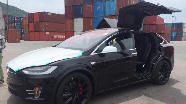 Vất vả như đưa Tesla Model X P100D đầu tiên tại Việt Nam ra khỏi container