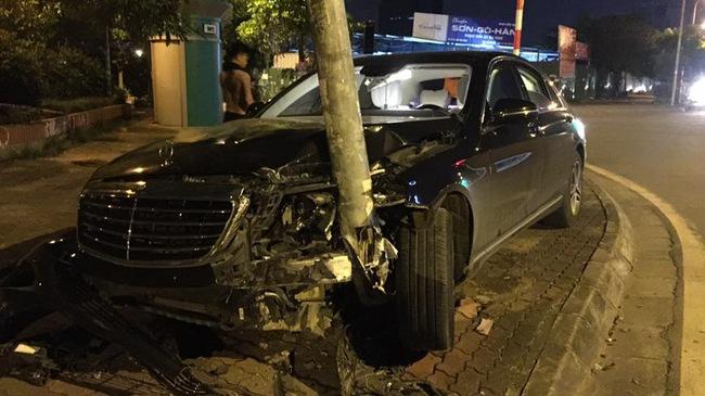 """Hà Nội: Tông gãy cột điện trên vỉa hè, Mercedes-Benz S400 4 tỷ Đồng """"nát đầu"""""""