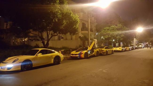 """Sau khi dán đề-can màu vàng, dàn xe thể thao """"khủng"""" của đại gia Sài thành chen chúc trên xe chuyên dụng"""