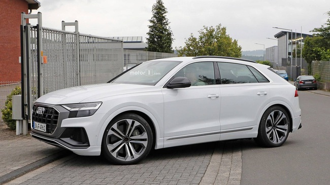 Audi SQ8 trắng không tì vết, nhìn như đã hoàn chỉnh lộ diện ngoài đường