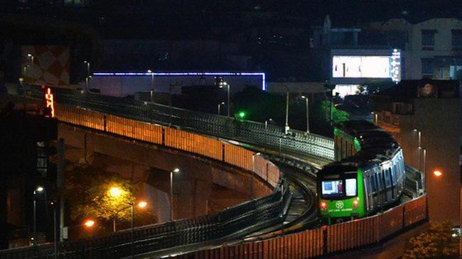 Ảnh: Tàu điện Cát Linh - Hà Đông chạy thử trong tối sau nhiều ngày tạm dừng