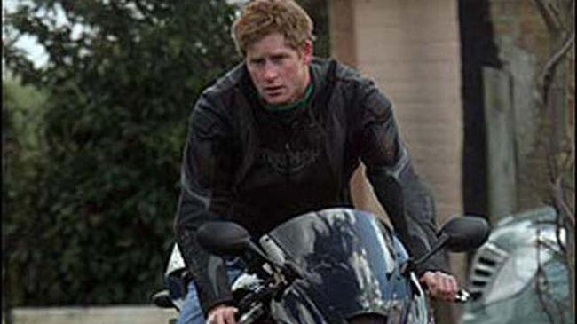 Hoàng tử Harry của Hoàng gia Anh mê xe máy