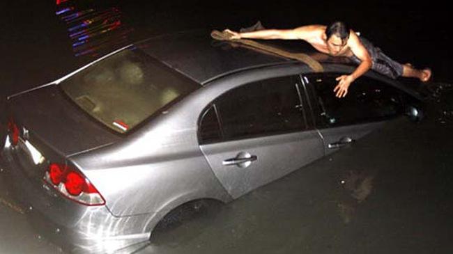 TP HCM: Ôtô Civic lao xuống kênh Nhiêu Lộc