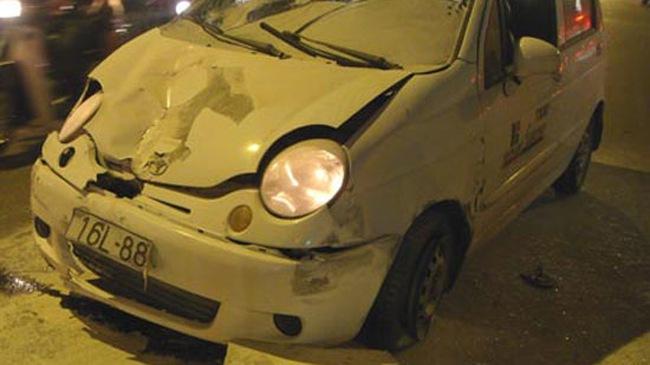 Cướp taxi, một người nước ngoài gây tai nạn liên hoàn